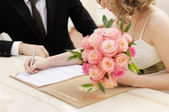 Bride signing marriage license — 图库照片
