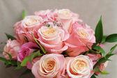 Bouquet avec des anneaux de mariage — Photo