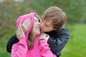 Młoda para całuje — Zdjęcie stockowe