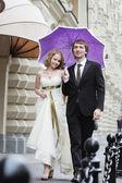 Braut und bräutigam zu fuß — Stockfoto