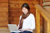 Женщина с ноутбуком — Стоковое фото