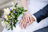 Bride and groom's hands — Stockfoto