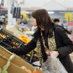 Customer buying fruits — Stock Photo #21867579