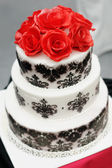 Delicious black and white wedding cake — Stock fotografie