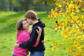 Pareja en el parque otoño — Foto de Stock