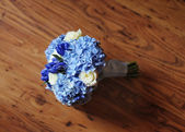 Beautiful wedding flowers bouquet and wedding rings — ストック写真