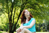 Glad ung kvinna — Stockfoto