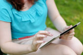 Jovem mulher usando computador tablet — Foto Stock