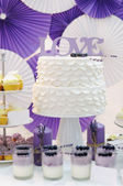 Delicious white and violet sweet table — Foto de Stock