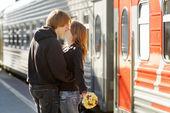 Couple sur le quai de la gare ferroviaire — Photo