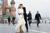 невеста и жених на открытом воздухе — Стоковое фото