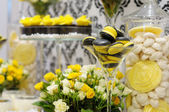 Elegant yellow and black sweet table — Stockfoto