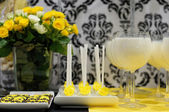 Elegant yellow and black sweet table — Stok fotoğraf