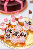 Chocolate and creamy pop cakes and cupcakes — Stock Photo