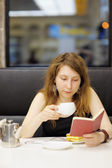 Woman working in a cafe — Stock Photo
