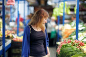 ?oung woman at the market — Stock Photo
