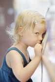 Plachý malá holka portrét — Stock fotografie