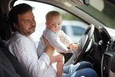 Kleines baby und sein vater, spaß im auto — Stockfoto