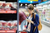 年轻女子在超市 — 图库照片