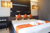 ホテルの部屋のベッド、木製 — ストック写真