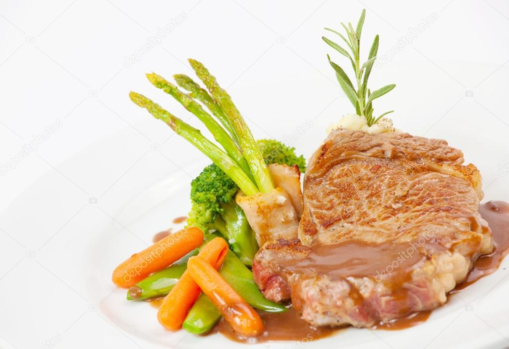 Grilled steak with fresh vegetables — Stock Photo #12485135