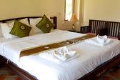 Habitación con cama de madera y — Foto de Stock