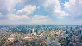 Utsikt över bangkok stad med moln — Stockfoto