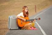Hippie kvinna spelar musik — Zdjęcie stockowe
