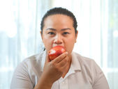 Fat woman with apple — Stockfoto