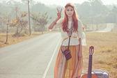 Chica hippie con signos de paz — Foto de Stock
