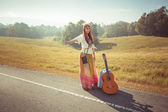 Hippie girl hitchhiking — 图库照片