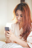 Young woman using smart phone — Stockfoto