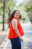 Gelukkig vette vrouw poseren buiten — Stockfoto