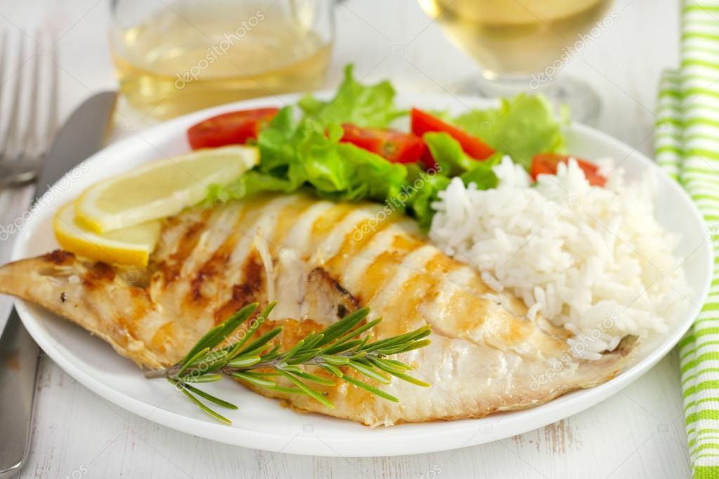 Pescado a la plancha con ensalada y arroz foto stock - Arroz con pescado y verduras ...