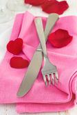 Gaffel och kniv på rosa servett — Stockfoto