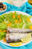 Smažené sardinky s citronem a salátem — Stock fotografie