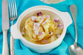 Mashed potato with sauce and red onion — Stockfoto