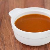 Tomatensuppe in weiß schüssel — Stockfoto