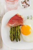 Asparagus with ham and egg on the plate — Stock Photo