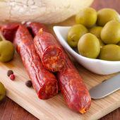 Klobásy s olivami a chléb — Stock fotografie