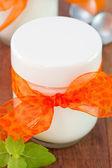在玻璃中的新鲜酸奶 — 图库照片