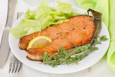 Fried fish with lemon and lettuce — Stock Photo