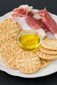 прошутто с печеньем и маслом — Стоковое фото