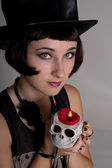 Bruja con una calavera con un sombrero negro cilindro — Foto de Stock