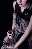 ハロウィン吸血鬼 - 頭蓋骨とクロスを持つ少女 — ストック写真