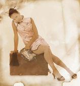 Aziatische vrouw in chinese jurk met oude geval, retro stijl — Stockfoto