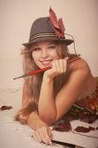 Krásná žena umělec v klobouku — Stock fotografie