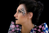 Schönheit frau make-up mit kristallen auf gesicht — Stockfoto