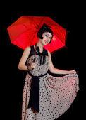 Frau im retro stil kleid mit roten regenschirm — Stockfoto