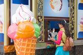Woman buying ice cream — Stock Photo